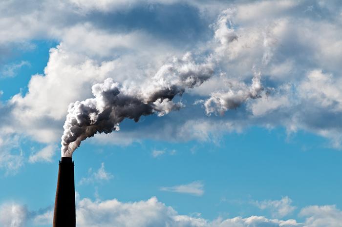 연기가 나오는 공장 굴뚝 이미지